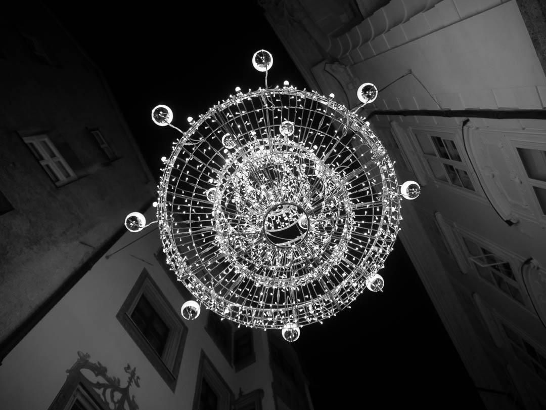 innsbruck-weihnachtsmarkt-monochrome-leuchter