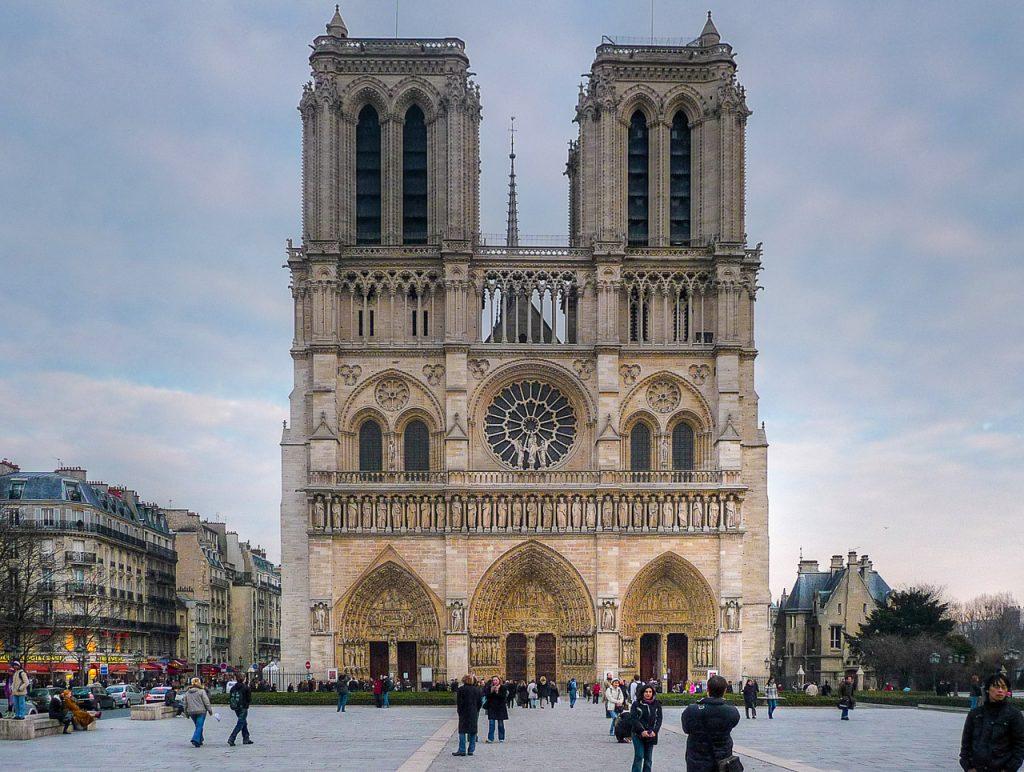 Fest Facade of Notre Dame