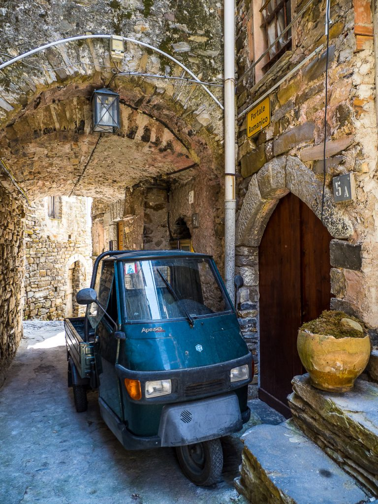 Piaggio Ape parked in an alley